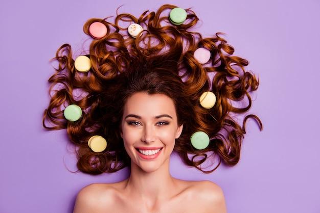 Ritratto di giovane donna con amaretti nei capelli