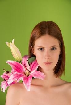 Ritratto di giovane donna con capelli naturali allo zenzero con fiori