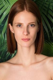 Ritratto di giovane donna con capelli naturali allo zenzero