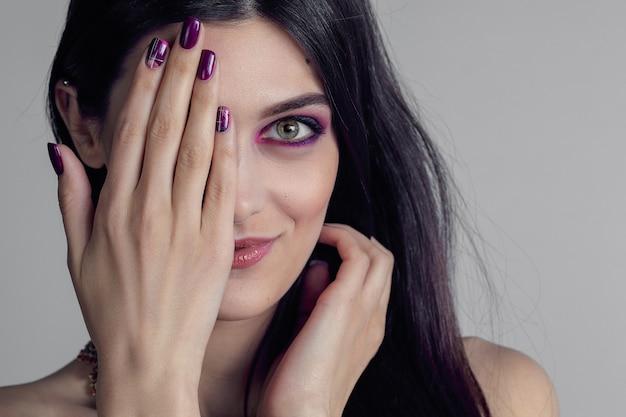 Ritratto di giovane donna con unghie viola