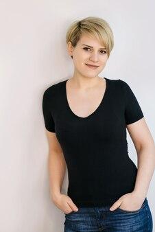 Ritratto di una giovane donna con i capelli biondi corti.