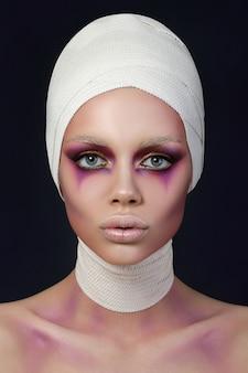 Ritratto di giovane donna con trucco moda fase