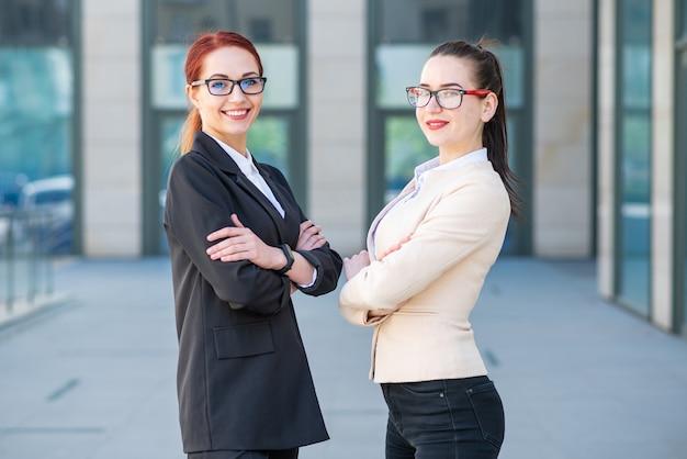 Ritratti di belle giovani donne d'affari di successo