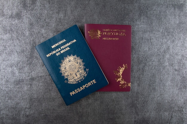 Passaporto portoghese e passaporto brasiliano con sfondo grigio