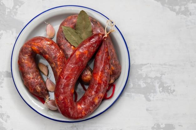 Salsicce affumicate portoghesi nel piatto