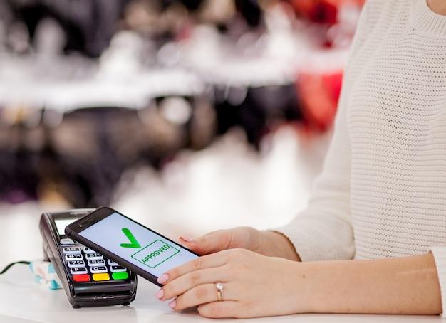 Terminale pos, macchina di pagamento con telefono cellulare