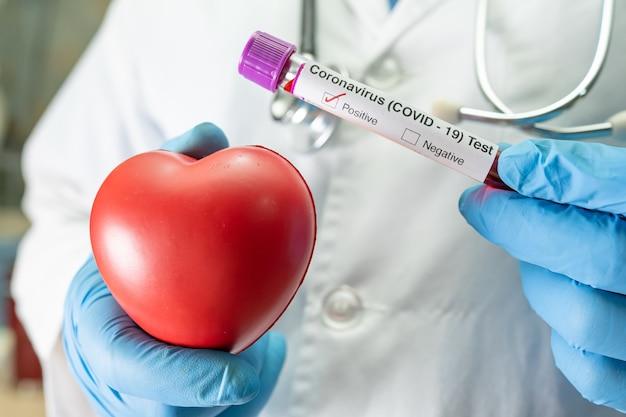 Campione di infezione del sangue positivo in provetta per covid19 coronavirus in laboratorio