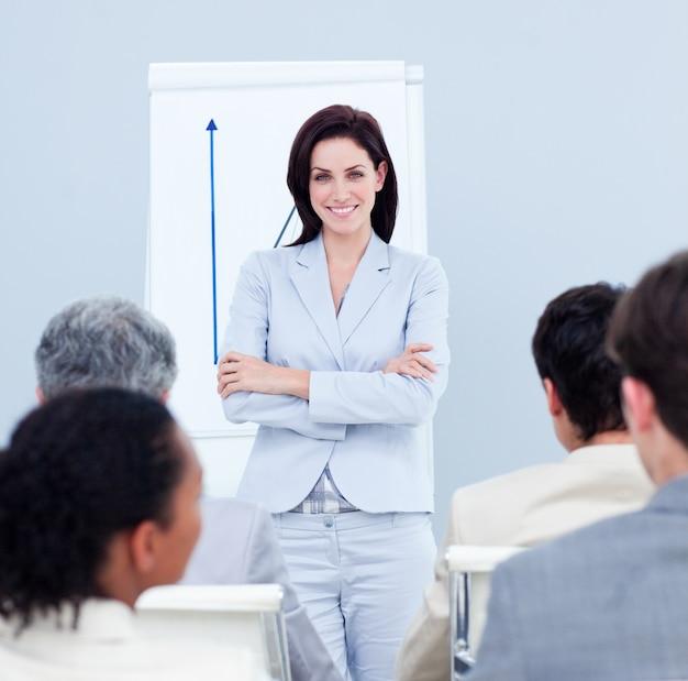 Donna di affari positiva che fa una presentazione