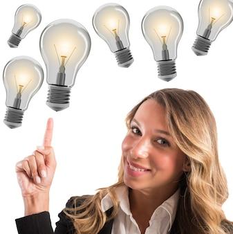 Donna di affari positiva che sorride con la luce della lampadina