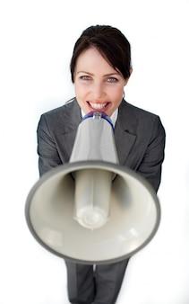 Donna di affari positiva che usando un megafono