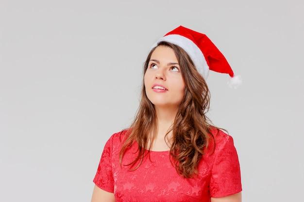 Bruna bella ragazza positiva, allegra in abito rosso e sant