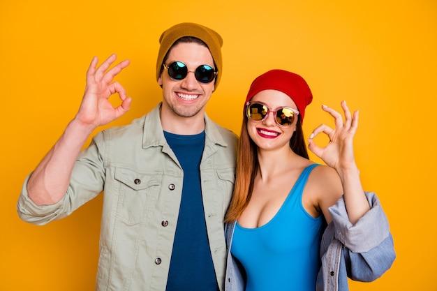Positivo allegro coppia godetevi il riposo estivo relax mostra ok segno consiglia eccellente feedback indossare camicia denim jeans giacca costume da bagno isolato brillante brillante colore sfondo