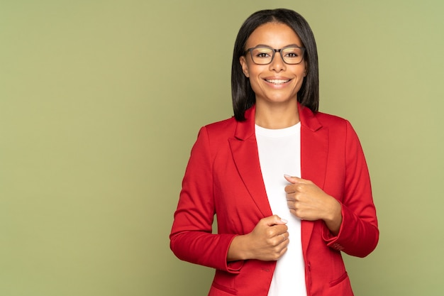 Positivo fiducioso imprenditrice africana imprenditore di successo o imprenditore allegro sorridente