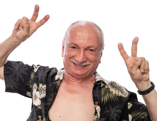 Concetto di emozioni positive. senior uomo sorridente in posa in studio su sfondo bianco