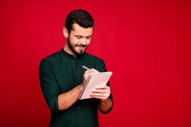 Di studente di college di ragazzo positivo preparare la penna di scrittura del progetto nel suo quaderno indossare abiti moderni