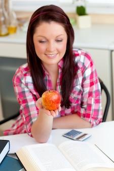 Studente positivo con una mela a casa