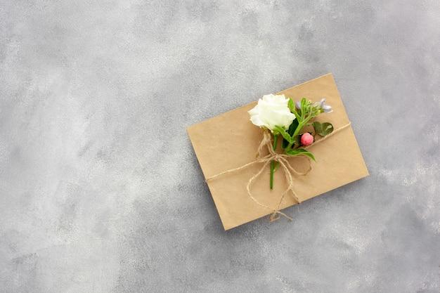 Cartolina con busta di carta kraft aperta piena di fiori primaverili