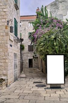 Tabellone per le affissioni del manifesto nella priorità bassa della città vecchia