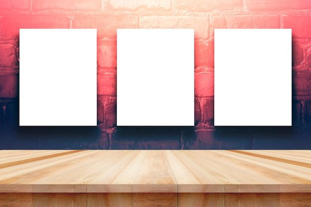 Poster o cornice mock up modello con articoli per ufficio e pennelli da pittura su tavola di legno