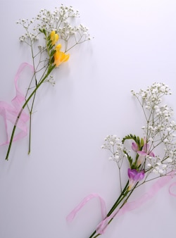 Mockup di cornice poster con fiori