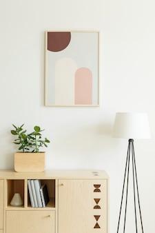 Poster su armadio in legno con piante all'interno del soggiorno bianco con lampada. foto reale