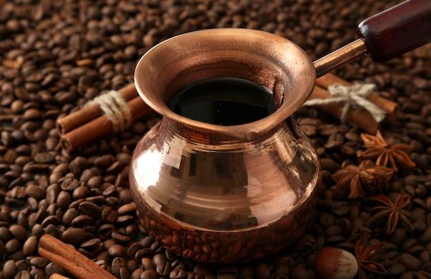 Pentola di caffè sui chicchi di caffè