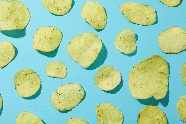 Patatine fritte sulla superficie blu, vista dall'alto