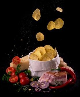 Patatine fritte su una tavola di legno scuro. fast food. sfondo scuro. vista dall'alto