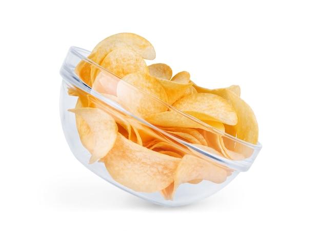 Patatine fritte in ciotola di vetro isolata su fondo bianco