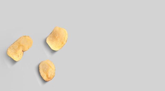 Patatine fritte isolate sul primo piano grigio del fondo. vista dall'alto. lay piatto