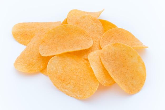 Chips di patate sul papric. cibo ecologico.