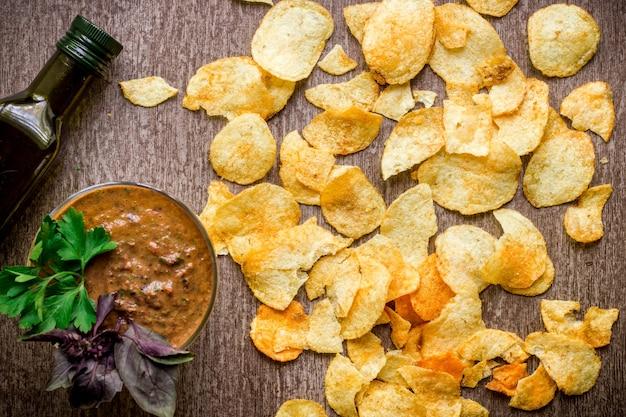 Patatine fritte con salsa di immersione su un tavolo di legno cibo malsano su uno sfondo di legno