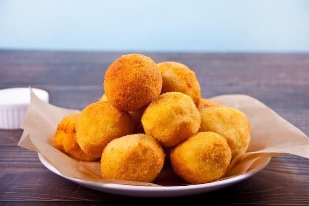 Crocchette di patate palline sul piatto e salse salse.