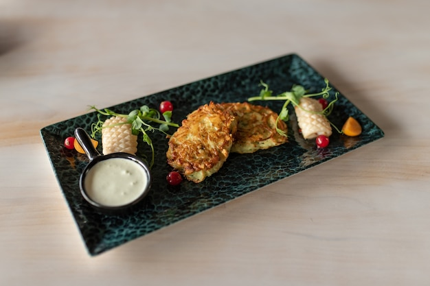 Frittelle di patate con calamari fritti l'ingrediente principale per le frittelle di patate sono le patate