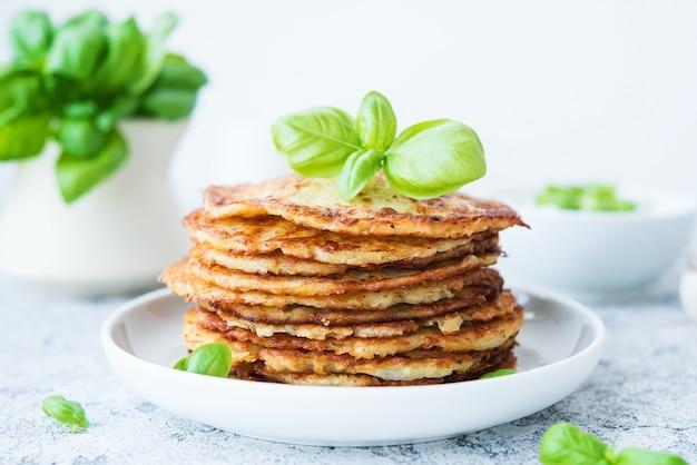 Frittelle di patate con erbe e panna acida, cucina russa, bielorussa, primi piani