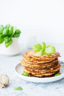 Frittelle di patate con erbe e panna acida, cucina russa, bielorussa