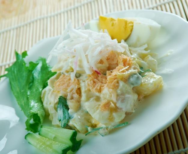 Ricetta insalata di patate - ensaladilla rusa con salmone. primo piano di un piatto Foto Premium