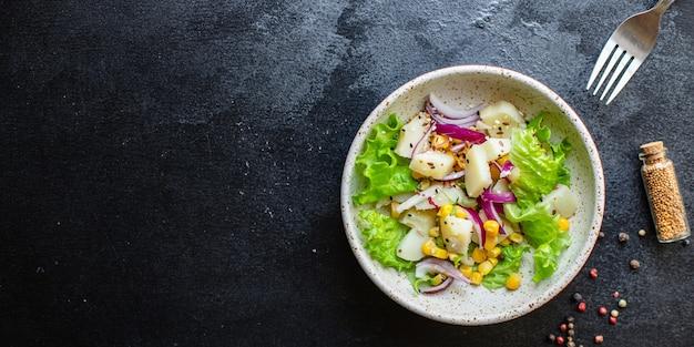 Insalata di patate con lattuga di mais e verdure dieta keto o paleo