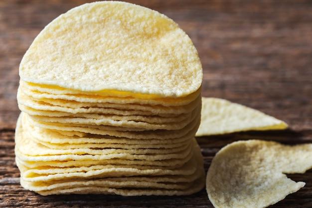 Fetta di patate patatine patatine su assi di legno.foto macro