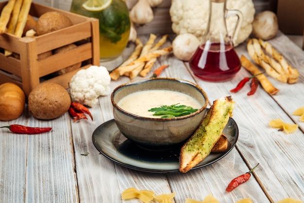 Zuppa di patate con panna e carne di cavallo affumicata