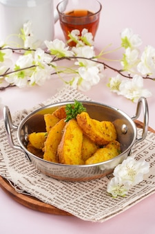Gli spicchi di patate sono fette irregolari di patate a forma di cuneo spesso grandi e non pelate