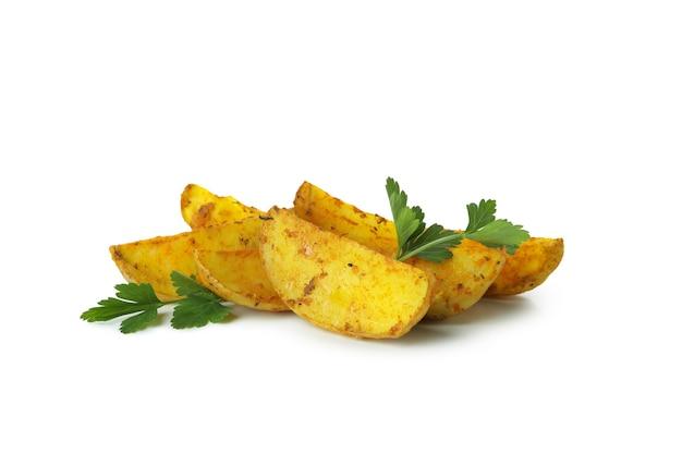 Spicchi di patate con prezzemolo isolato su sfondo bianco