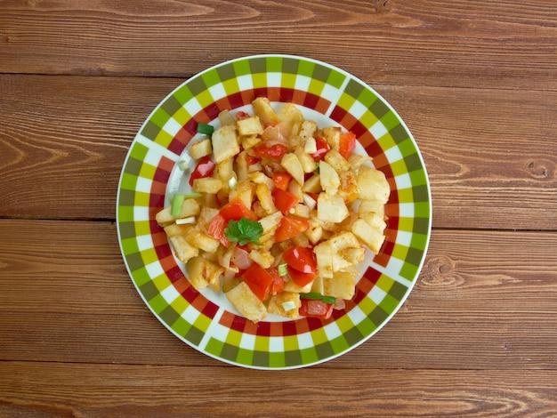 Patate o'brien - piatto di patate saltate in padella insieme a peperoni verdi e rossi.