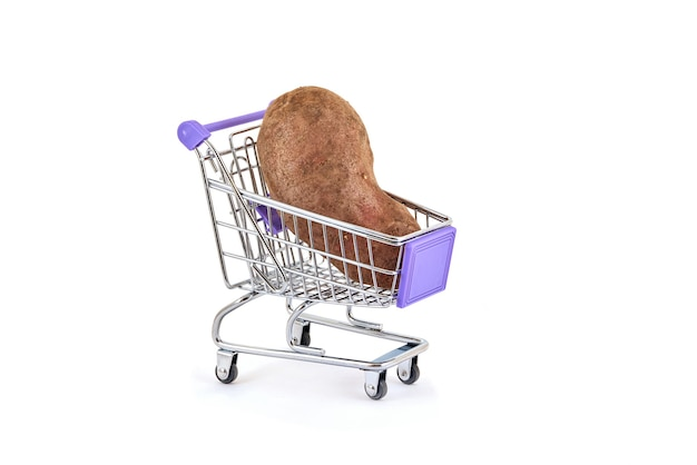 Patate nel carrello del supermercato su bianco