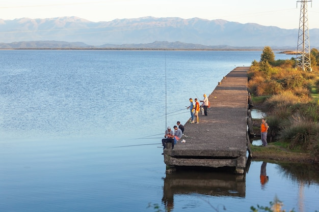 Poti, georgia - 01.09.2019: pescatori sul lago paliastomi. poti. natura.