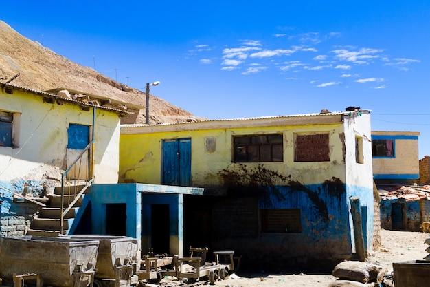 Vista dell'ingresso della miniera di potosi, bolivia. città mineraria boliviana