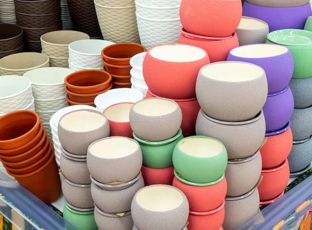 Vasi di vasi di fiori sullo scaffale del negozio. vasi colorati