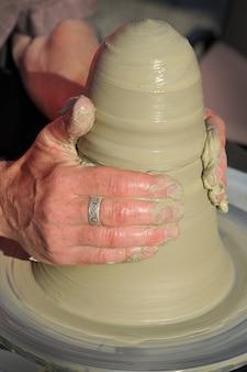 Le mani di potter iniziano a fare una brocca di argilla. concetto di arte e artigianato.