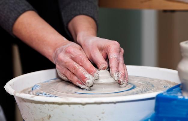 Tornio da vasaio. fare stoviglie in ceramica