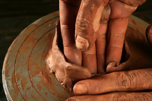 Lavoro artigianale in ceramica argilla mani in ceramica